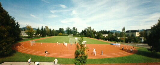Naturrasenplatz mit Laufbahn, Tartanspielfeld u. Weitsprunganlage