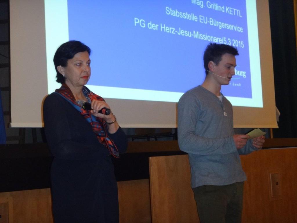 Mag. Gritlind Kettl und Moderator Maximilian Blender (7b)